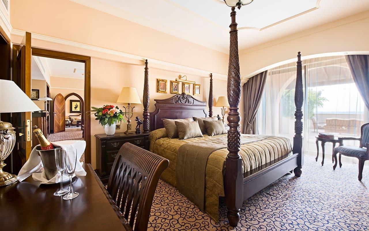 024D-royal_suite_main_bedroom2