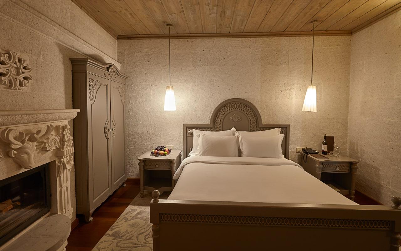 Deluxe Suite Room_03-min